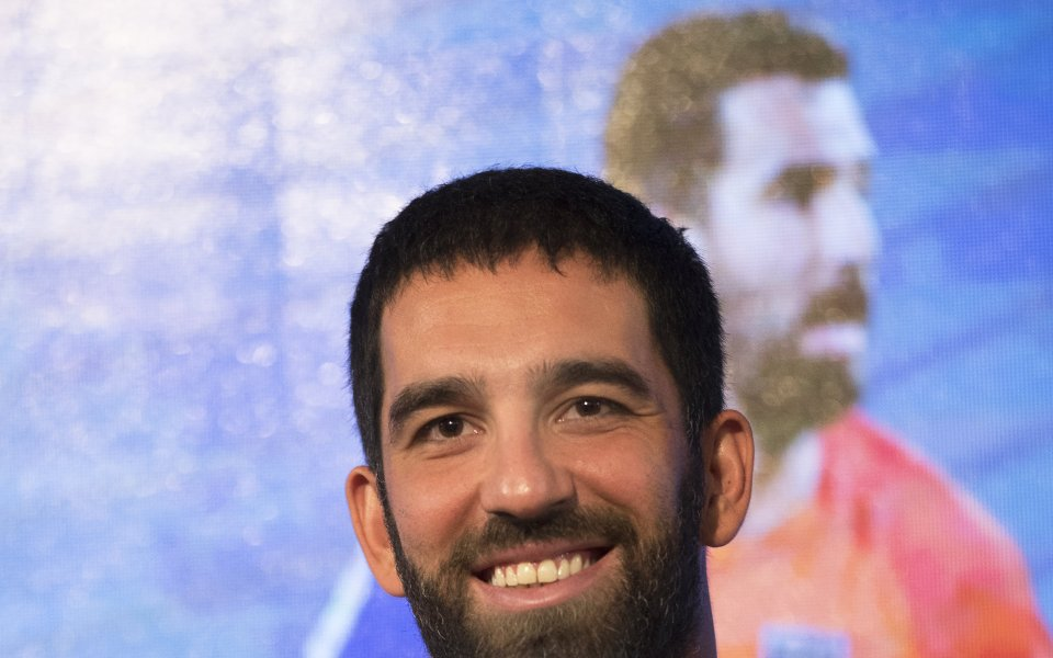 Арда Туран счупи носа на певец с един удар