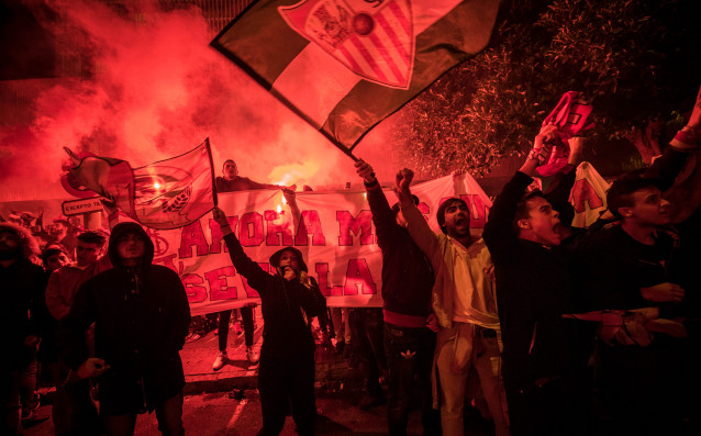 Фенове от ултрас групировка на Севиля са нахлули на иначе