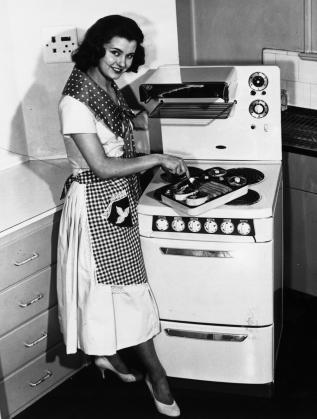 """""""Мис Великобритания"""" рекламира нова готварска печка през 1955 г."""