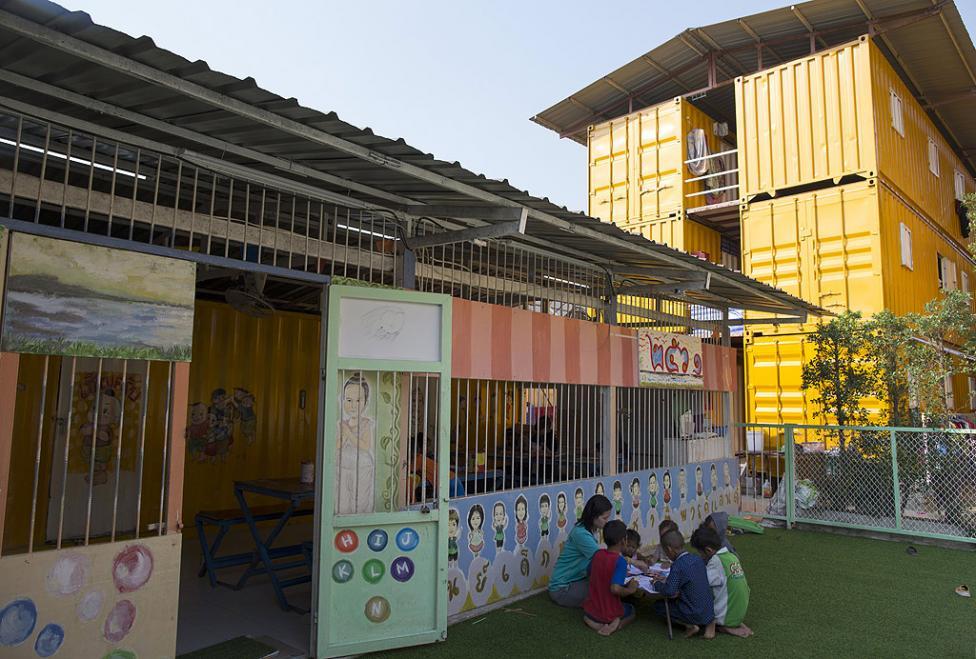 - Училището за децата на работници имигранти е изработено от ремонтирани товарни контейнери и е разположено в мобилно контейнерно селище, издигнато от...