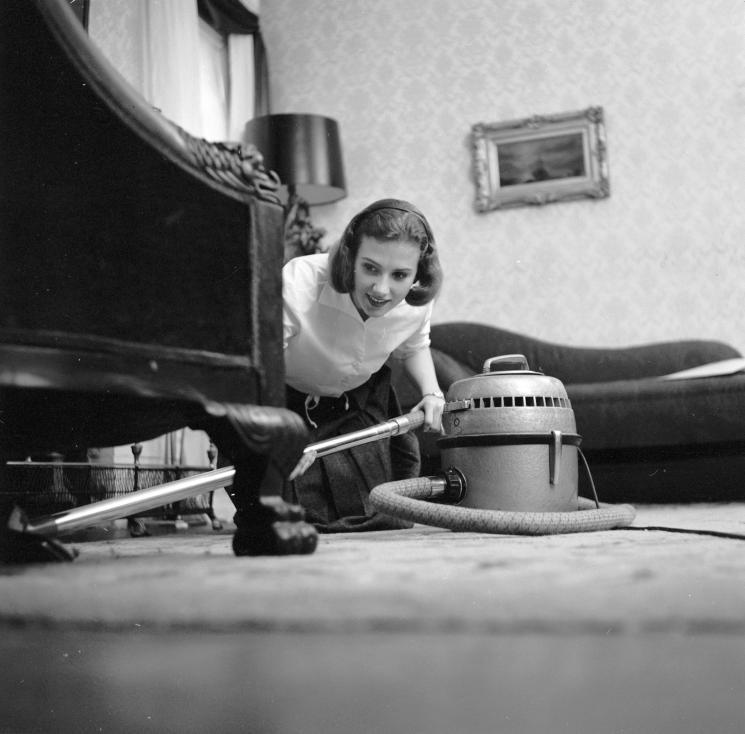 Image result for Как жените са чистили къщите си преди близо 70 г.