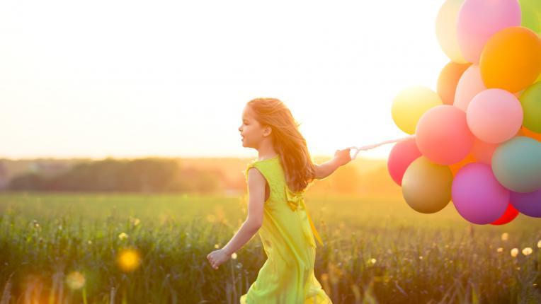 дете лято игра балони