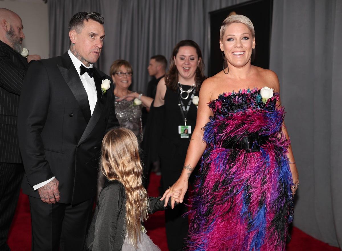 Пинк не изневери на стила си - огромна рокля без презрамки в ярки цветове. Певицата дойде на церемонията със съпруга и дъщеря си.