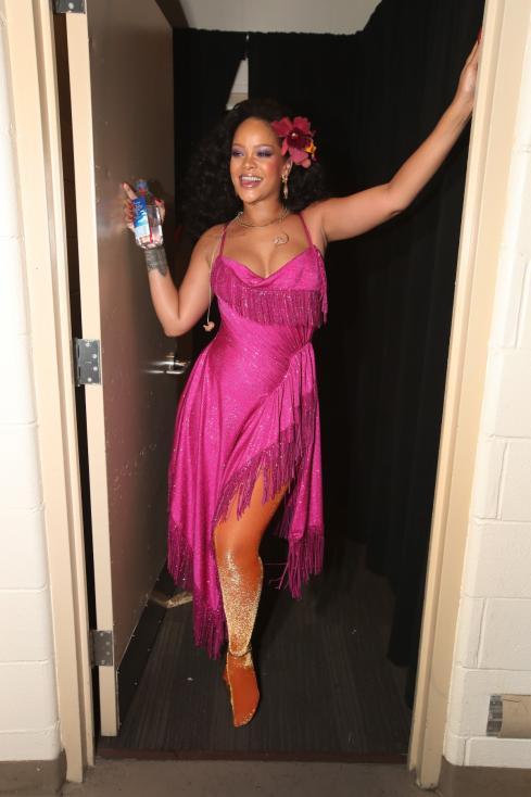 - За изпълнението си на сцената Риана бе като истинска дива с рокля в розово, която на моменти едва удържаше да не падне.