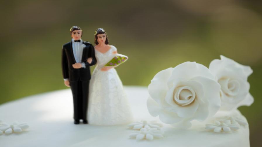 Двойка се венча в тоалетна (видео)