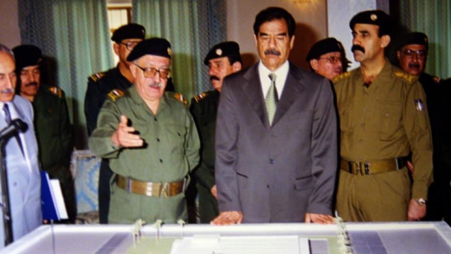 Саддам Хюсеин разглежда модел на бомбено убежище.
