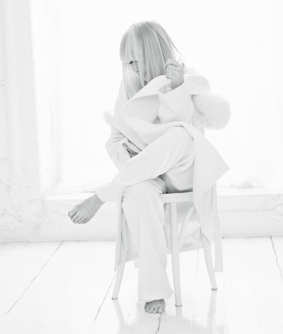 Голямата музикална звезда на България Лили Иванова е на февруарската корица на списание EVA