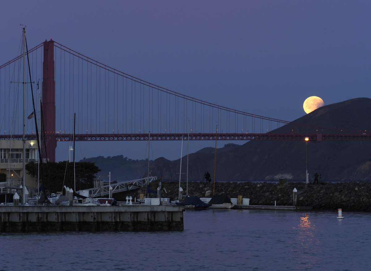 """Милиони хора по света наблюдаваха  рядкото астрономическо явление """"Супер синя кървава луна"""". От България феноменът можеше да бъде наблюдаван около 18:00 ч. на 31 януари. Това съвпадение от явления не е наблюдавано в Северна Америка от 152 години и там беше чакано с най-голям интерес."""