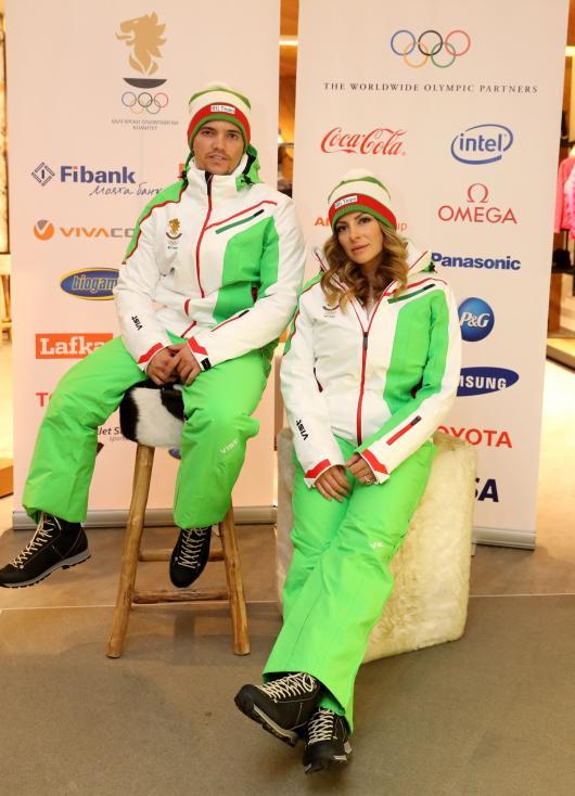 - В ролята на манекени, за да презентират екипите, влязоха сноубордистката Александра Жекова и скиорът алпиец Алберт Попов. Спортната екипировка е на...