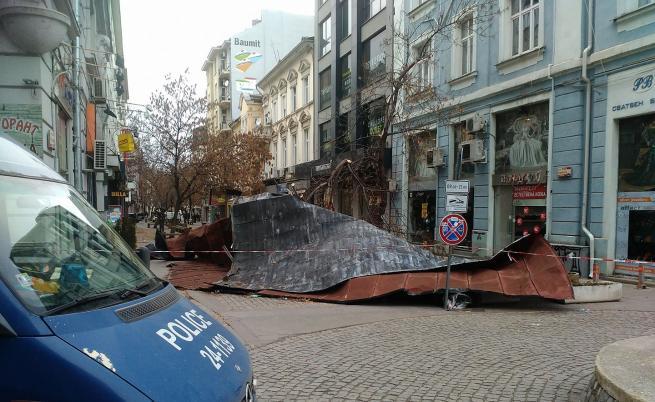 Покрив падна в пешеходната част и изплаши хората