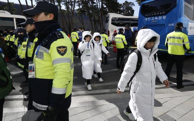 Севернокорейските хокеистки се отправят към залата<strong> източник: БГНЕС</strong>