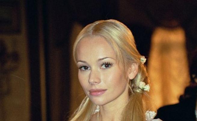 """Елена Корикова, вероятно една от най-красивите и емблематични актриси в днешна Русия. Някои дори я наричат руската Мерилин Монро. Голямата слава за Елена идва с ролята й в сериала """"Бедната Настя"""".За ролятана Лизавъв филма от Алексей Сахаров """"Mistress в Maid"""" (1995), заснет по роман наПушкин, Корикова спечели награда за най-добра актриса на фестивала """"Филмов шок"""" и наградата """"Ника"""". Елена е и активна на театралната сцена."""