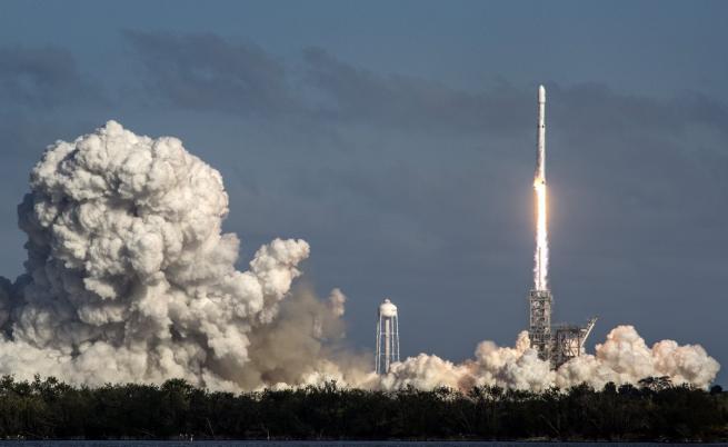 Астрофизик: Мъск може да изпрати хора до Марс преди НАСА