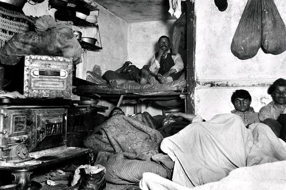 """- Преди повече от 100 години, работейки като полицейски репортер за """"Ню Йорк Трибюн"""", журналистът Джейкъб Райс решава да запечата сивата страна на Ню..."""