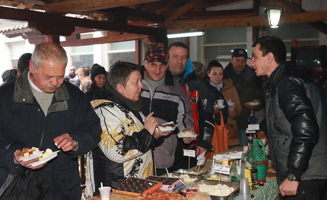 Калин Сираков предложи на родопчани 12 артикула, сред които два вида луканка, кълцан суджук, наденица, салам, рибица.