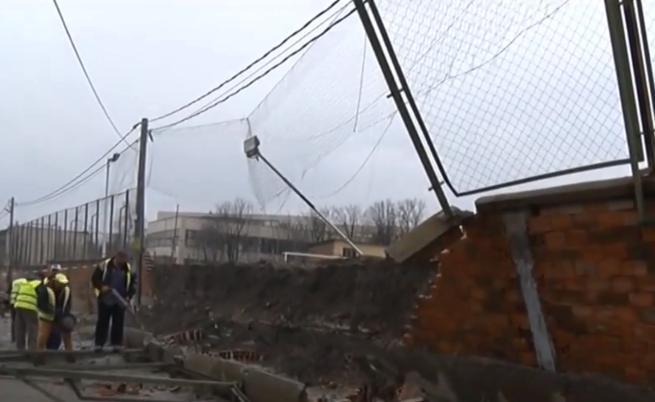 Рухна масивна ограда на училище в Хасково