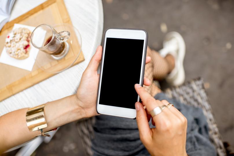 <p><strong>Проверяваме телефона си дълго време</strong><br /> <br /> Социалните медии са основната причина, която кара толкова много хора първо да вземат телефоните си сутрин. Начинът, по който прекарваме деня, зависи от това как прекарваме сутринта. Съветът тук е да спрем да губим време, проверявайки живота на другите, четейки коментарите и мненията им. Вместо това може да прекараме повече времеза себе си. Същото важи и за проверката на входящите писма на служебната поща. Това може да направи работният ни ден по-дълъг. По-добре е да пуснем любимата си музика, да прекараме време с хората, които обичаме, или да приготвим вкусна и здравословна закуска.</p>