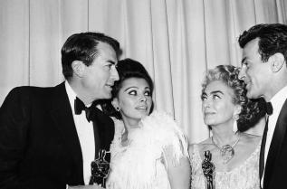 Джоан Крофорд позира с останалите печеливши от звездната вечер през 1963 г.