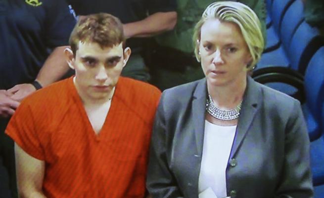 Стрелецът от Флорида Никълъс Крус и адвокатът му в съда