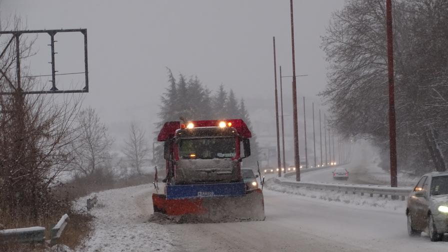 <p>Сняг и опасно време удрят България</p>
