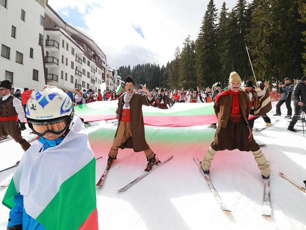 - Масово ски спускане с трибагреници и народни носии бе отбелязан Националния празник в Пампорово