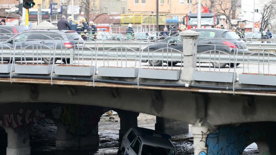 Полицейски автомобил падна във Владайска река (снимки)