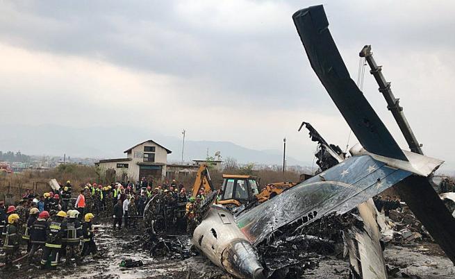 Пътнически самолет се разби в Непал, има оцелели