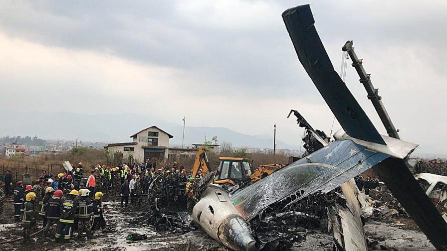 Пътнически самолет се разби при кацане, има оцелели