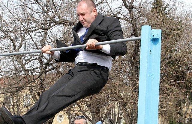 """- Изненадващо при посещението си днес в 68-а бригада """"Специални сили"""" президентът Румен Радев показа завидна физическа форма"""