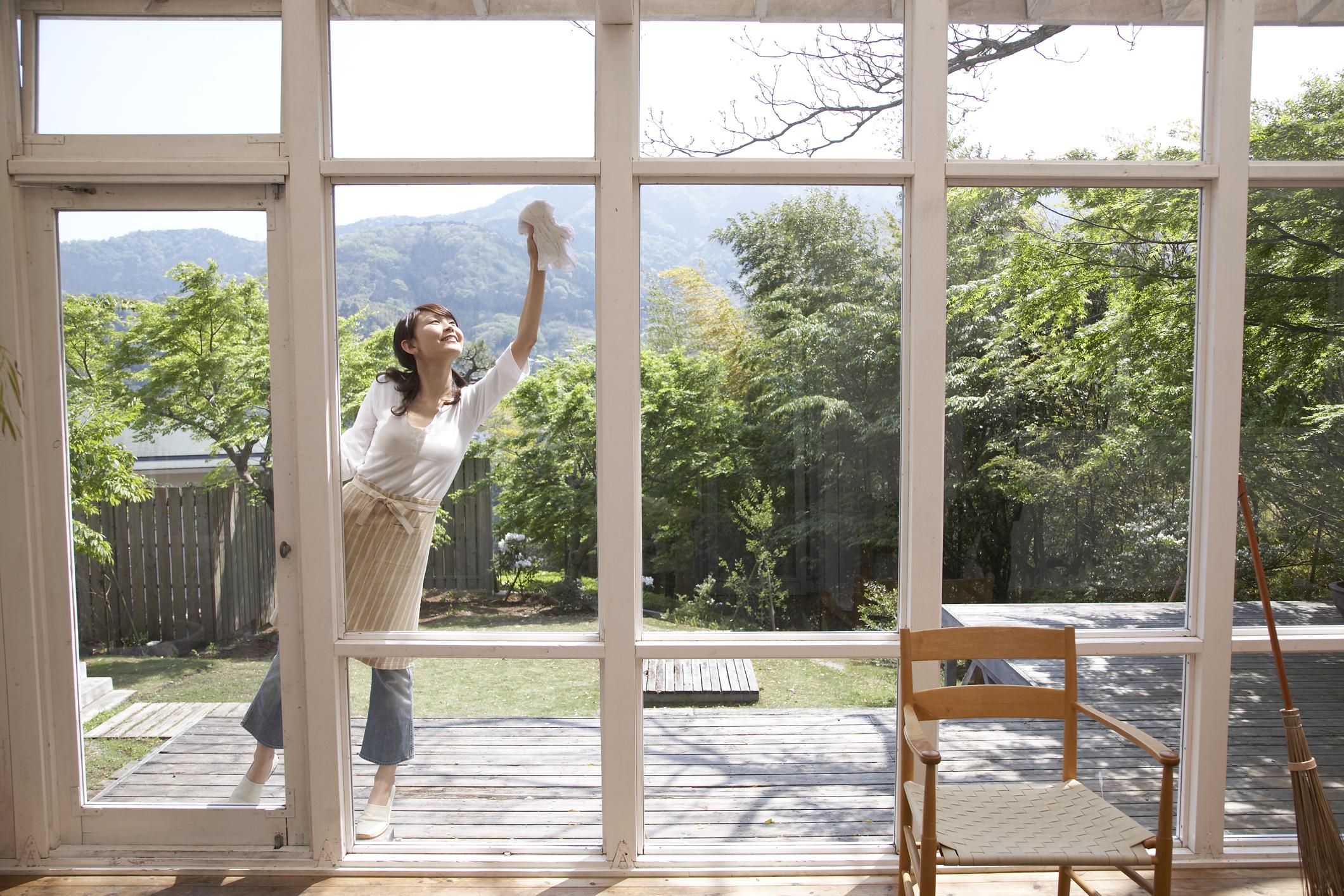 И разбира се, няма как без това - трябва да бъдат измити прозорците, а заедно с тях - да бъдат изпрани пердетата.