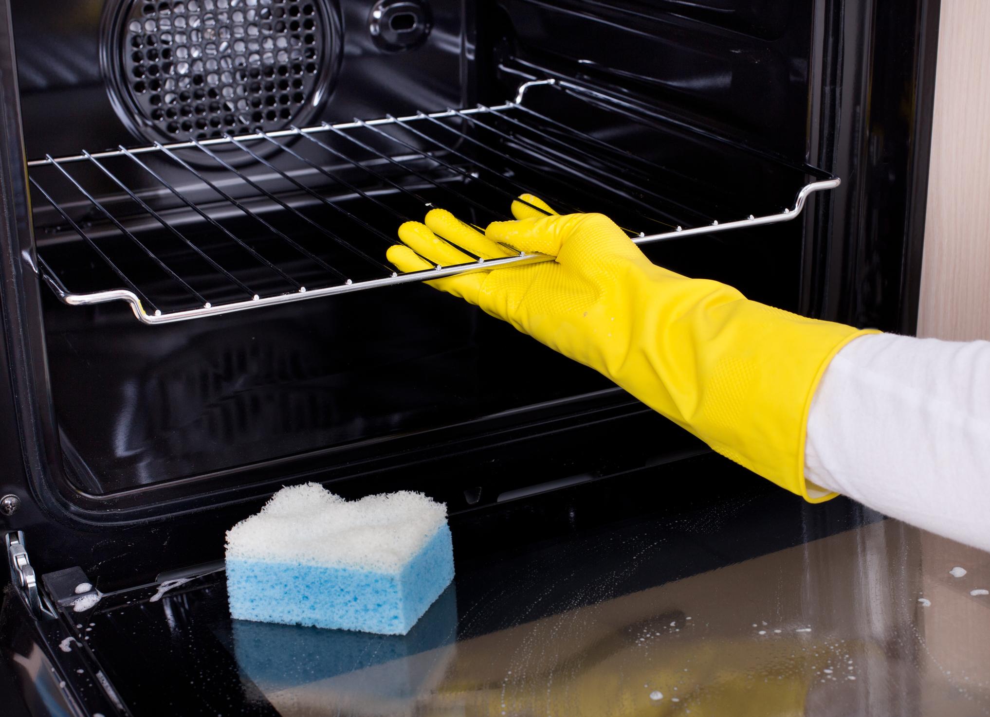 Фурната на печката е нещо, което не чистим всяка седмица. Поне повечето от нас. Затова запретнете ръкави, сложете си ръкавици, купете подходящ препарат и започвайте.