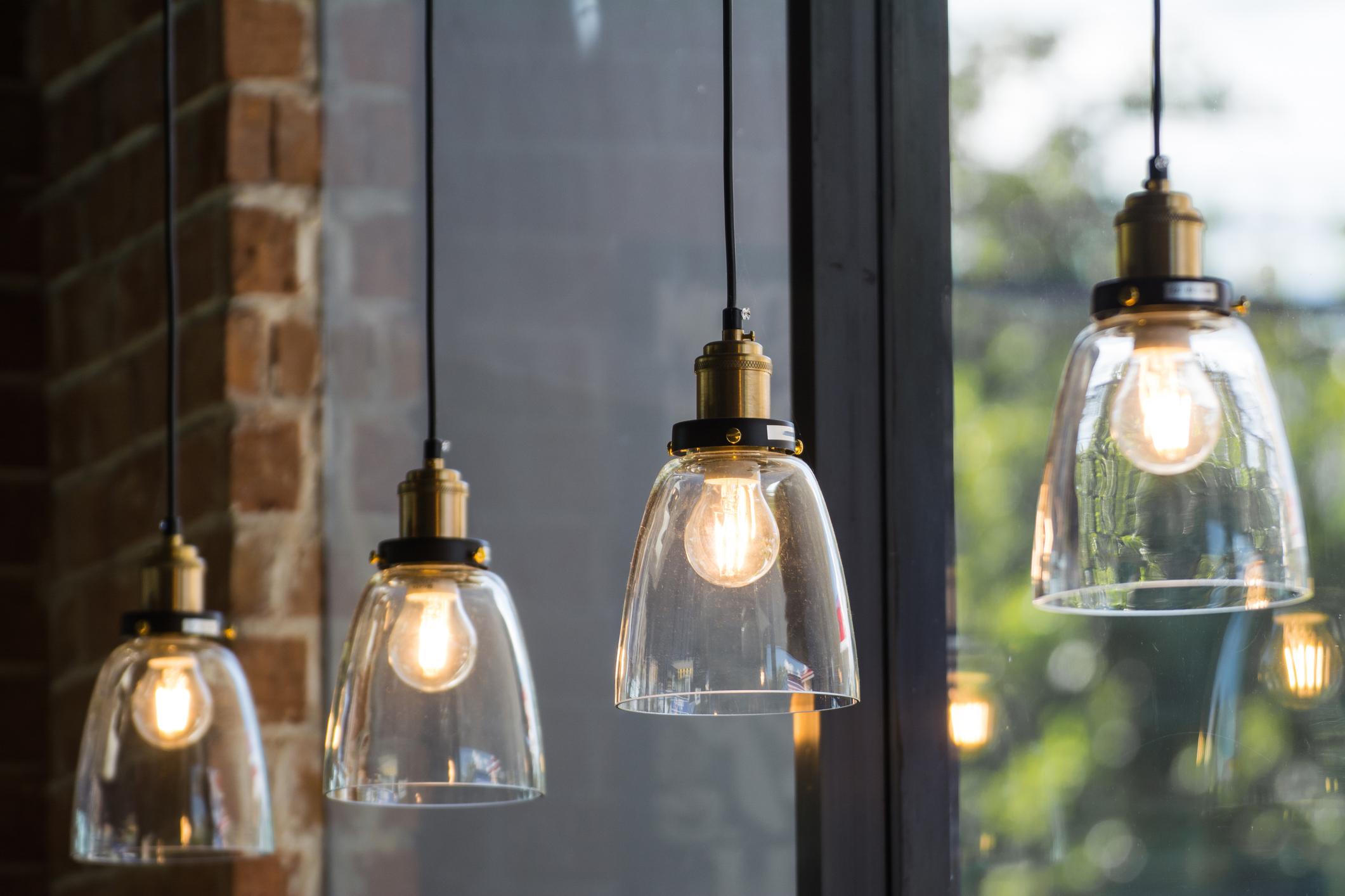 Всички лампи в дома. Рядко се обръща внимание, но по тях се трупа много прах и често не са обект на почистване.