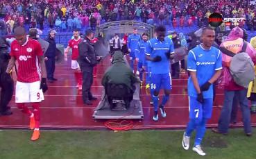 По вода: ЦСКА и Левски започнаха битката под проливен дъжд