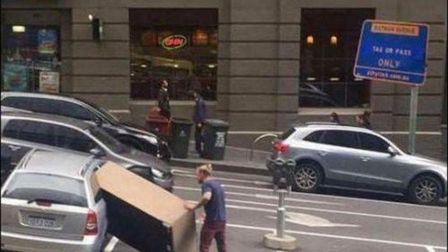 <p>Снимки на хора, които трябва да стоят далеч от автомобили</p>