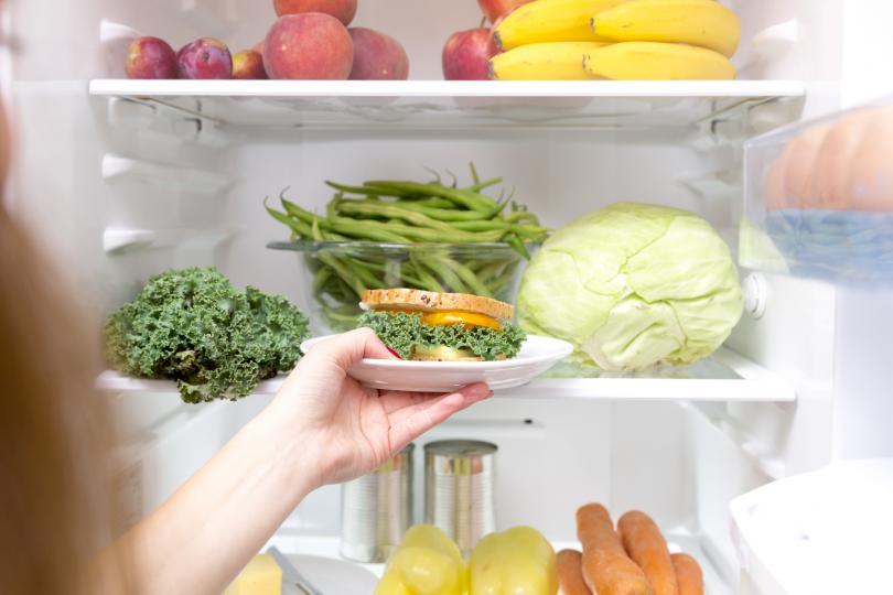 <p>Почиствайте редовно с оцет</p>  <p>Виненият оцет действа върху бактериите и при ниски температури. Не подминавайте етажерките на вратата и дъното на хладилника, под контейнерите за зеленчуци.</p>