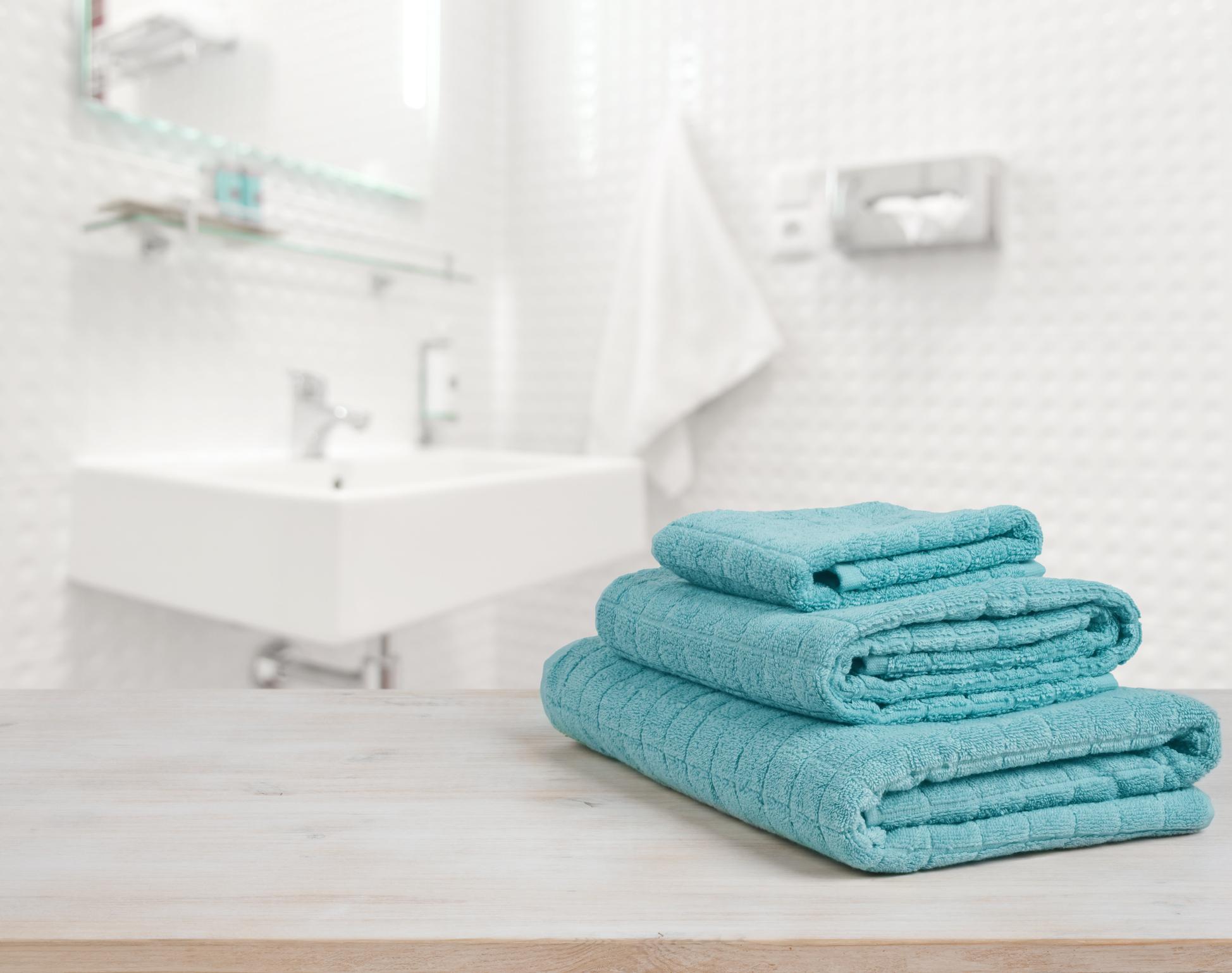 """Хавлиените кърпи в банята - сменяйте ги един път седмично. Влагата подпомага за развитието на бактерии.Вашата собствена кърпа вероятно няма да ви навреди - повечето бактерии вероятно са безвредни за вашата кожа. Но ако споделяте кърпата с някой друг, тогава можеда се стигне до инфекции или акне, заявява пред """"Бизнес Индидер"""" микробиологът д-р Филип Тирно."""