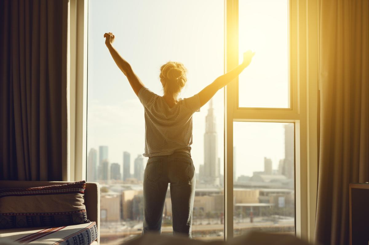 """Отворените прозорци са нещо прекрасно. Когато въздухът е свеж. Ако живеете в град със силно замърсен въздух, е по-добре да имате уред за пречистване на въздуха и да не """"проветрявате"""" често."""