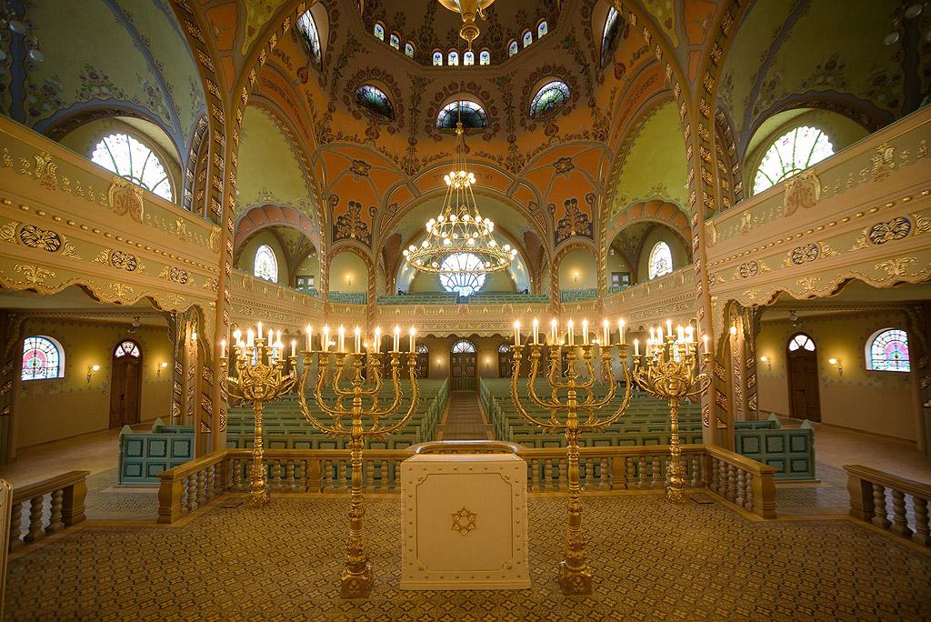 Във външността на синагогата са използвани разнообразни съчетания от тухлени и измазани повърхности, както и украса с елементи от глазирана теракота.