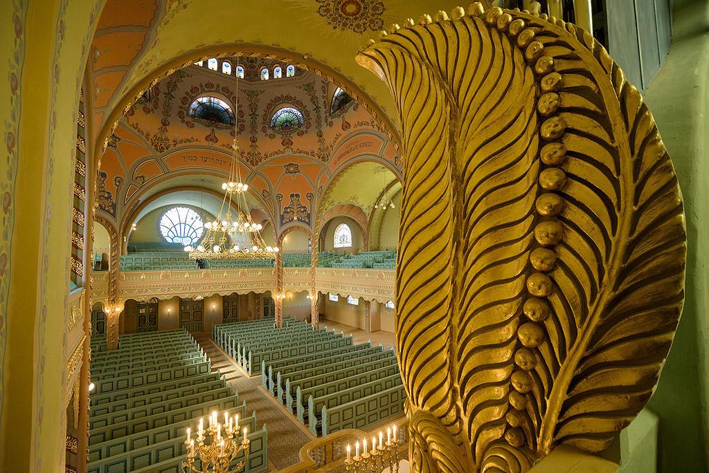 Централната част на синагогата е увенчана от огромен купол, а по-малки куполи са поставени в четирите ъгъла на сградата.