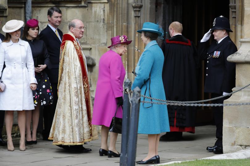 <p>Британската<strong>&nbsp;кралица Елизабет Втора, принц Уилям, съпругата му Кейт Мидълтън</strong>&nbsp;и&nbsp;<strong>други членове на кралското семейство&nbsp;</strong>се събраха на&nbsp;<strong>великденска църковна служба&nbsp;</strong>в&nbsp;<strong>параклиса &quot;Сейнт Джордж&quot; в Уиндзор</strong>.</p>  <p><strong>Принц Уилям и съпругата му</strong>&nbsp;пристигнаха с няколко минути закъснение. Кейт е бременна с третото им дете и се очаква то да се роди през месеца.</p>  <p><strong>Принц Хари и годеницата му</strong>, американската актриса Меган Маркъл,&nbsp;<strong>не присъстваха</strong>. Представители на двореца казаха, че&nbsp;<strong>двойката има лични планове за почивните дни</strong>. Двамата ще сключат брак в параклиса &quot;Сейнт Джордж&quot; на 19 май.</p>  <p><strong>Отсъстваше и принц Филип</strong>. 96-годишният съпруг на кралицата се оттегли от обществените си ангажименти и се появява на събития по-рядко.</p>