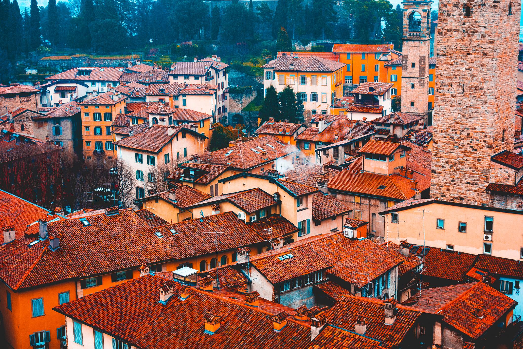 Град Бергамо е център на едноименната провинцияБергамов областтаЛомбардия. Разположен е в подножието наАлпите.Градът се състои от две части. Средновековна част, която е разположена нахълми съвременна промишлена част, която е разположена вравнинатаоколо хълма. Днешният град Бергамо е възникнал на мястото на древния град Бергомум.През 5 век е бил разрушен отхуните, предвождани отАтила. След възстановяването му ставастолицанаЛомбардското херцогство, като е под зависимостта на Милано.