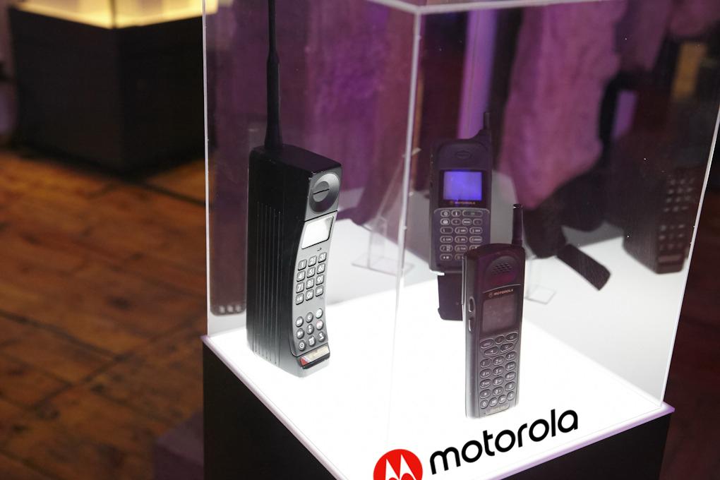 """Първите мобилни телефони на """"Motorola"""", включително първият мобилен телефон - DynaTac 8000X, който се отличава с размерите си."""