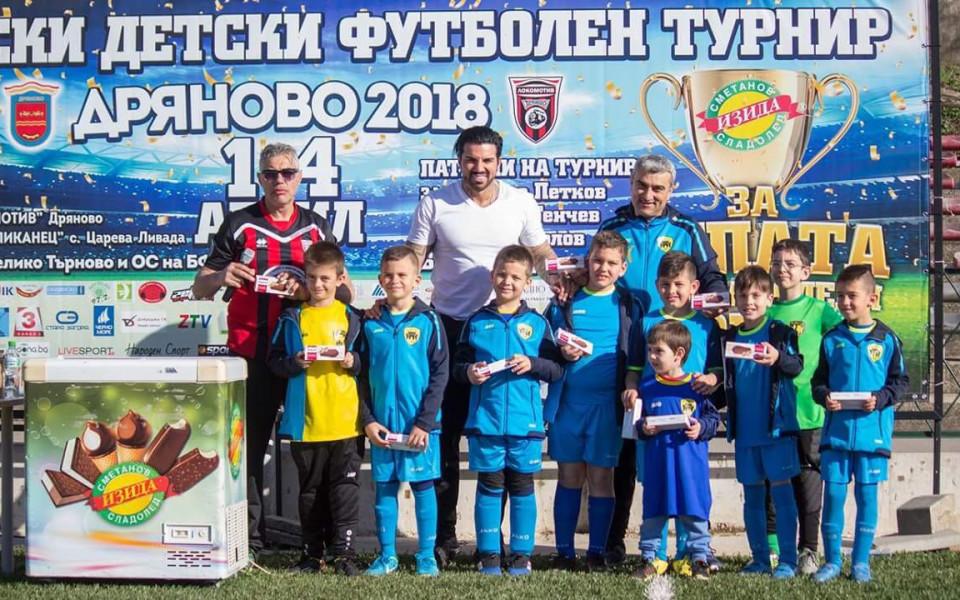 Футболни таланти показват умения пред Благой Георгиев