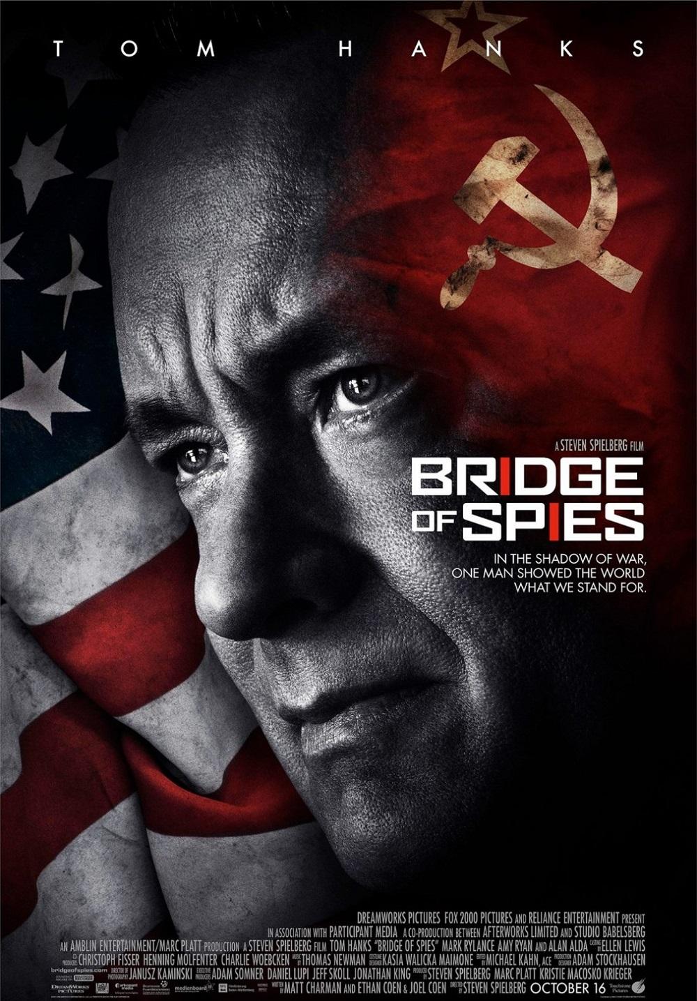 """7.""""Мостът на шпионите"""" (престижен филм) – Историческата драма по истински случай от периода на Студената война излезе през 2015 година и представлява може би най-добрият съвместен проект на Том Ханкс и Спилбърг. Съспенсът е изграден безупречно, а Марк Райлънс блести в ролята на Рудолф Абел, за която бе награден и с """"Оскар""""."""