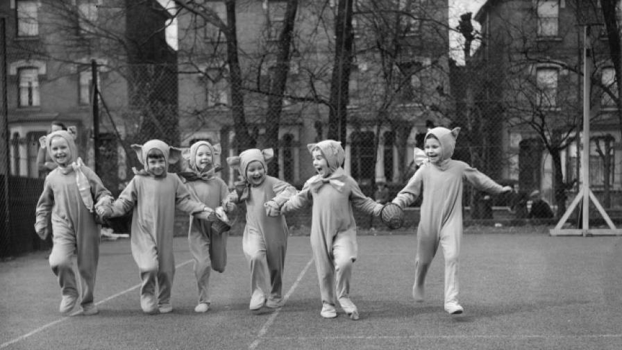 Момиченца в празнични костюми се готвят да раздават яйца, 1930 година.