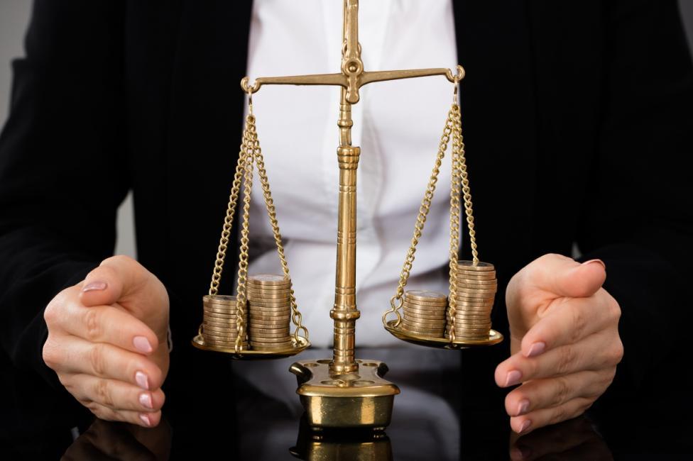- На везните трябва да се сложат които и да са све монети. Ако тежат еднакво: третата е фалшива. Ако не: фалшивата е по-леката.
