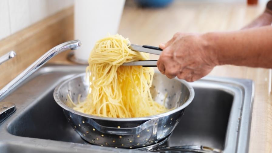 <p>Защо да<strong> </strong><strong>НЕ</strong> изливате макаронената вода в мивката</p>