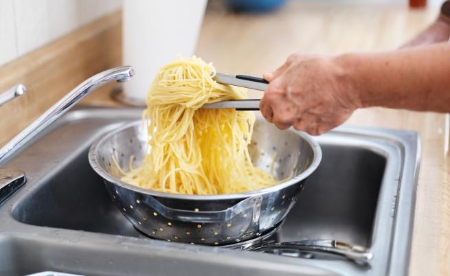 <p>Никога не режете спагетите в чинията си, защото така ще отрежете късмета и дълголетието си.</p>