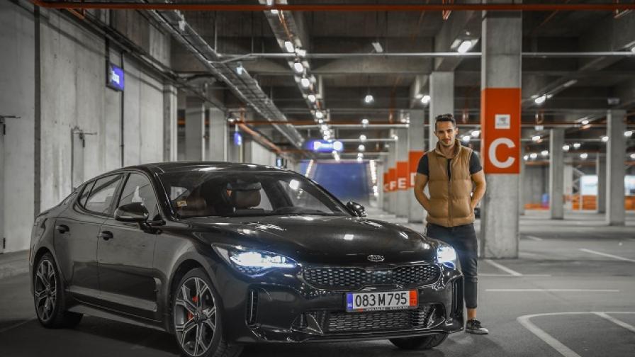 """Освен от коремна хирургия, Наум Шопов разбира и от автомобили. Звездата от сериала """"Откраднат живот"""" застава пред обектива на Димитър Даков, а партньор му е 3,3-литровата Kia Stinger V6."""