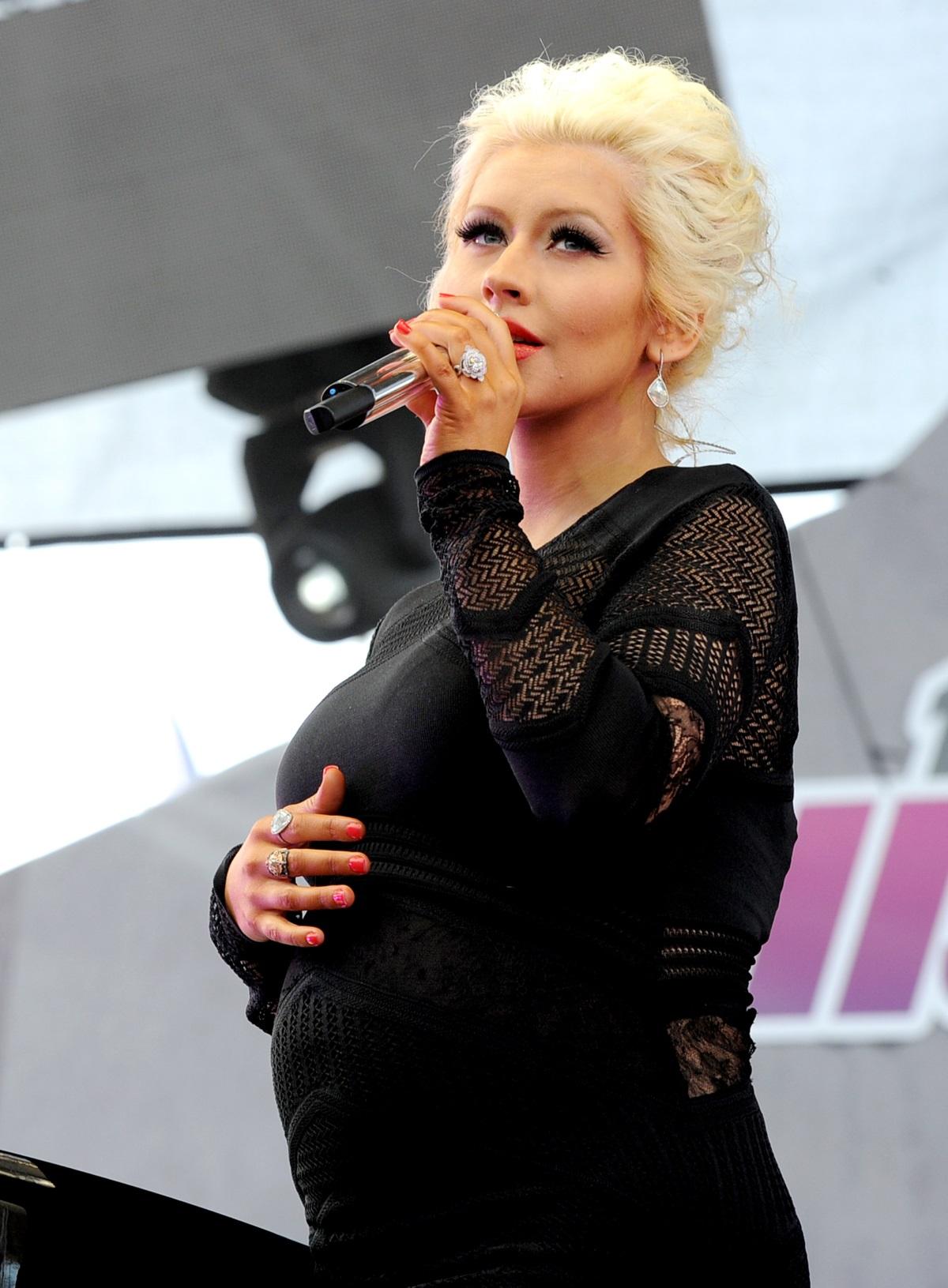 Кристина Агилера, 2014 г. - Въпреки порасналото коремче, певицата продължаваше да пее по участия. През 2014 г. тя показа коремчето си в черна, прилепнала по тялото ѝ рокля.